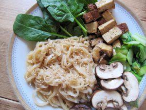 vegan noodles met gerookte tofu