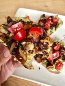 broodje avocado en champignons
