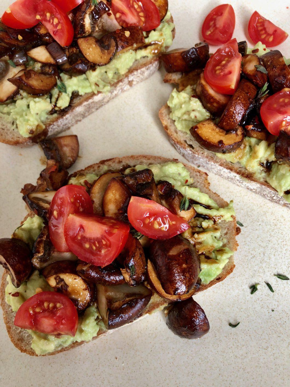 avocado toast met paddenstoelen