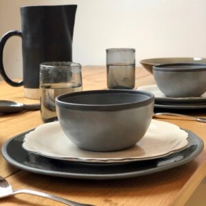 servies the table